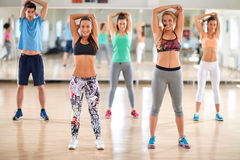 Os jovens no fitness center mantêm o corpo na circunstância foto de stock