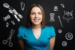 Os jovens positivos costuram o sorriso ao esperar seu cliente Imagens de Stock Royalty Free