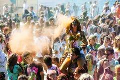 Os jovens, povos decorados participam no festival de Holi das cores em Vladivostok imagens de stock royalty free