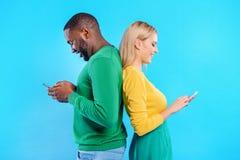 Os jovens preferem uma comunicação contemporânea através dos dispositivos imagem de stock