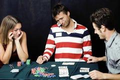 Os jovens que jogam o competiam autônomo do pôquer, amigos party o co Imagem de Stock