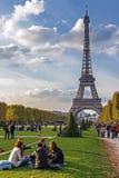 Os jovens relaxam perto da torre Eiffel Fotografia de Stock Royalty Free