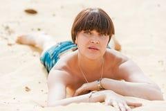 Os jovens slim a menina que sunbathing Foto de Stock