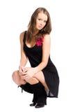 Os jovens slim a mulher no pose elegante do assento foto de stock