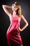 Os jovens slim a mulher no vestido cor-de-rosa imagem de stock royalty free