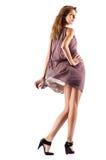 Os jovens slim a mulher no vestido de vibração fotografia de stock