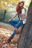 Os jovens slim o retrato do outono da mulher imagens de stock royalty free