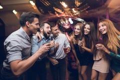 Os jovens têm o divertimento em um clube noturno Três homens e três mulheres encenaram uma batalha musical Imagens de Stock Royalty Free