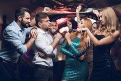 Os jovens têm o divertimento em um clube noturno Três homens e três mulheres encenaram uma batalha musical Fotografia de Stock