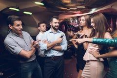 Os jovens têm o divertimento em um clube noturno Três homens e três mulheres encenaram uma batalha musical Imagem de Stock Royalty Free