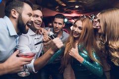 Os jovens têm o divertimento em um clube noturno Três homens e três mulheres encenaram uma batalha musical Imagem de Stock