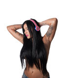Os jovens tattooed pesadamente a mulher que escuta a cabeça colorida do estilo do DJ Fotografia de Stock