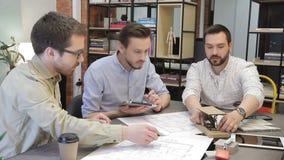 Os jovens veem e discutem o modelo e suas características técnicas no escritório filme