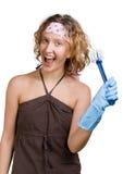Os jovens vomen a preensão uma escova do prato Foto de Stock