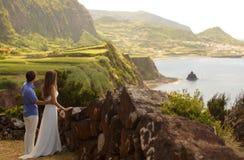 Os jovens wedded recentemente pares no honneymoon na ilha de Flores, Açores fotos de stock