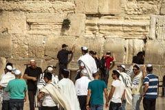 Os judeus não identificados gastam a cerimônia do bar mitsva perto da parede ocidental Fotografia de Stock Royalty Free