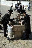 Os judeus ortodoxos lavam as mãos na plaza ocidental da parede, Jerusalém, Israel Fotografia de Stock