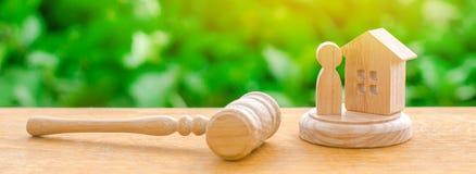 Os juizes martelam e a figura de madeira e humana Conceito de justiça e do litígio A decisão do destino do réu fotografia de stock