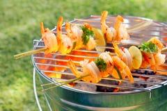 Kebabs do marisco que roasting em um assado imagens de stock
