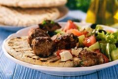 Os keftedes gregos das almôndegas com pão e tzatziki do pão árabe mergulham Fotos de Stock