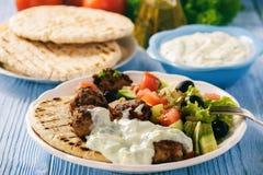 Os keftedes gregos das almôndegas com pão e tzatziki do pão árabe mergulham Foto de Stock Royalty Free