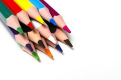 Os lápis afiados coloridos encontram-se em um fundo branco foto de stock