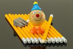 Os lápis amarelos arranjaram em uma fileira em um fundo preto Nele AR Imagens de Stock Royalty Free