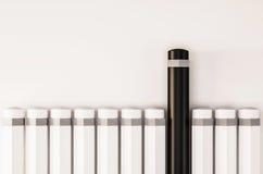 Os lápis arranjam em seguido com um destaque original do outro, 3D rendido ilustração stock