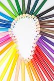 Os lápis coloridos arranjam na forma da ampola Fotografia de Stock