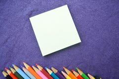 Os lápis coloridos, brilhantes, coloridos são ficados situados na parte inferior Fotos de Stock