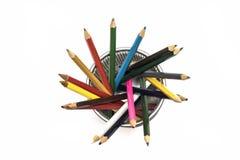 Os lápis coloridos em um metal estão em um fundo branco imagem de stock