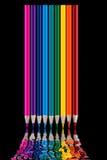 Os lápis coloridos no fundo preto refletiram na água Foto de Stock Royalty Free