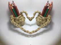 Os lápis da cor na juta fazem crochê suportes do lápis fotos de stock