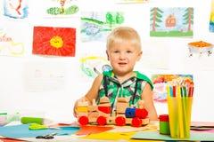 Os lápis dos brinquedos são os melhores amigos de meninos Imagem de Stock