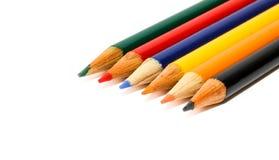 Os lápis pequenos coloridos nas cores esverdeiam, vermelho, azul, amarelo, laranja e preto isolados em um fundo branco sem emenda imagem de stock royalty free