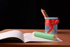 Os lápis verdes grandes na cor escrevem no fundo da lata de lata Fotos de Stock