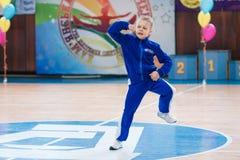 Os líder da claque novos dos meninos executam no campeonato cheerleading da cidade Imagem de Stock Royalty Free