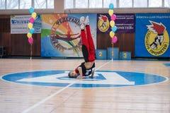 Os líder da claque novos dos meninos executam no campeonato cheerleading da cidade Fotografia de Stock Royalty Free