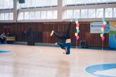 Os líder da claque novos dos meninos executam no campeonato cheerleading da cidade Imagem de Stock