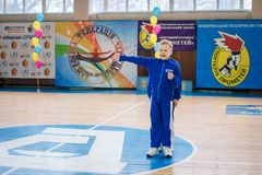 Os líder da claque novos dos meninos executam no campeonato cheerleading da cidade Fotografia de Stock