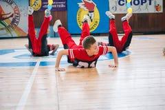 Os líder da claque novos dos meninos executam no campeonato cheerleading da cidade Fotos de Stock Royalty Free