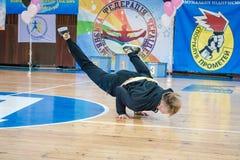 Os líder da claque novos dos meninos executam no campeonato cheerleading da cidade Imagens de Stock Royalty Free