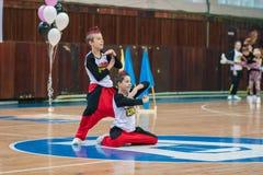 Os líder da claque novos dos meninos executam no campeonato cheerleading da cidade Foto de Stock