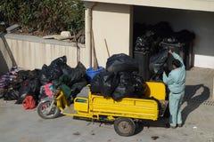 Os líquidos de limpeza chineses estão segurando o lixo Fotos de Stock Royalty Free