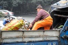 Os líquidos de limpeza estão segurando o lixo Foto de Stock Royalty Free