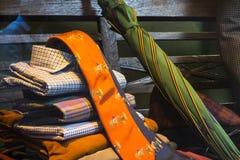 Os laços e o shoirt dos homens na exposição fotos de stock