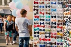 os laços Multi-coloridos para ternos e a roupa extravagante são vendidos na rua favoravelmente Fotografia de Stock Royalty Free