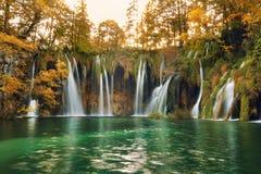 Os lagos e as cachoeiras da floresta de Plitvice no outono temperam fotografia de stock royalty free