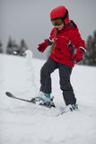 Os lances do esquiador da rapariga levantam a neve Foto de Stock Royalty Free