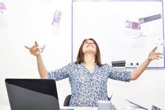 Os lances morenos felizes da menina no ar faturam 500 euro Conceito do sucesso de uma jovem mulher Foto de Stock Royalty Free